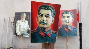 Carteles con el retrato del dictador sovitico Iosif Stalin en San Petesburgo