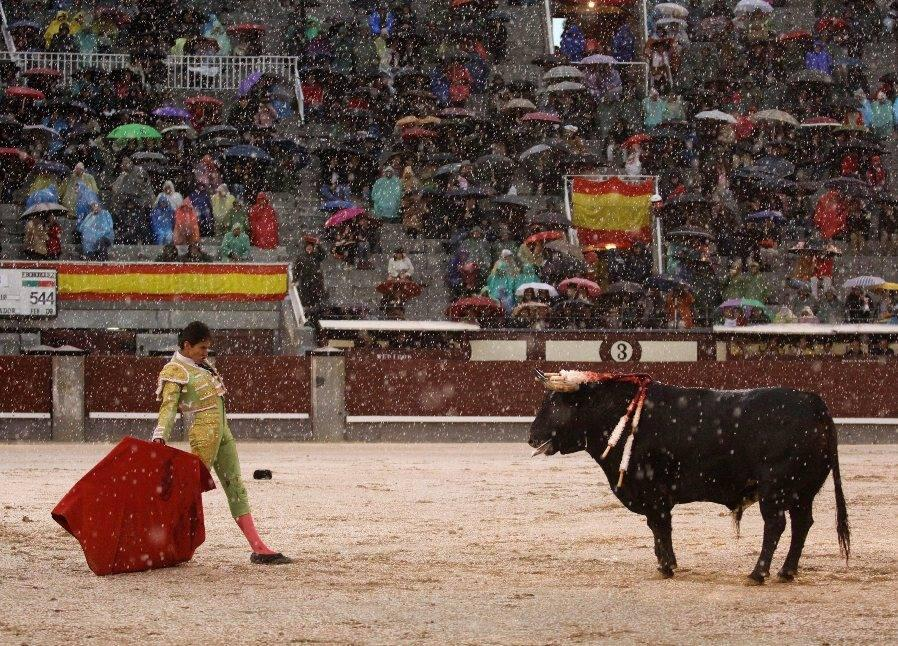 Imgenes de tres toreros bajo la granizada de San Isidro