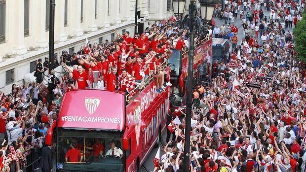 La celebración del Sevilla en la Avenida y el Ayuntamiento