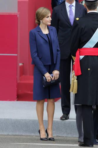 Letizia Ortiz eligió en 2015 un vestido de Felipe Varela diseño hasta la rodilla en doble crepe de lana de color azul marino decorado con cinta de terciopelo en azul noche y chaqueta a juego