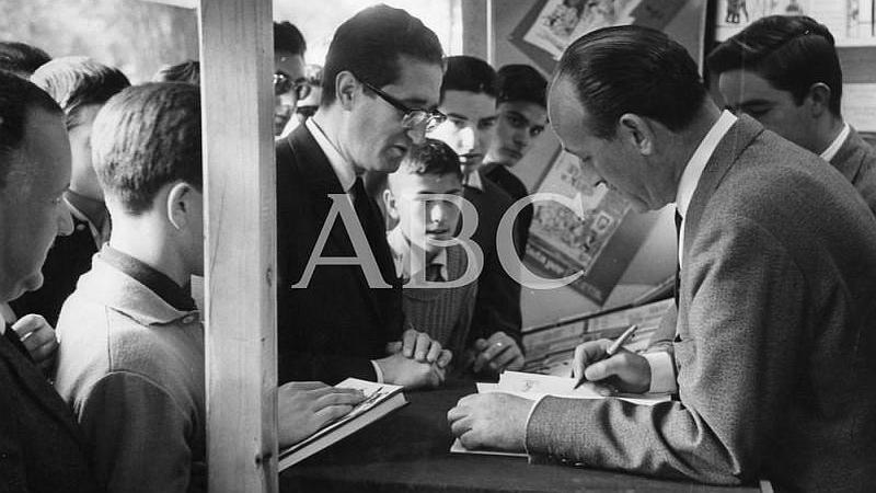 """Madrid. 02/06/1962. Mingote firmando ejemplares de su libro """"Historia de la gente"""""""