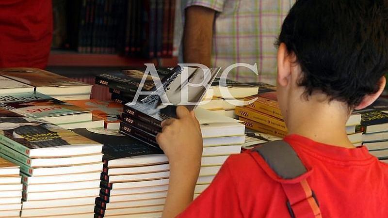Madrid. 29/05/2009. Un ni�o hojea un ejemplar en la Feria del Libro madrile�o
