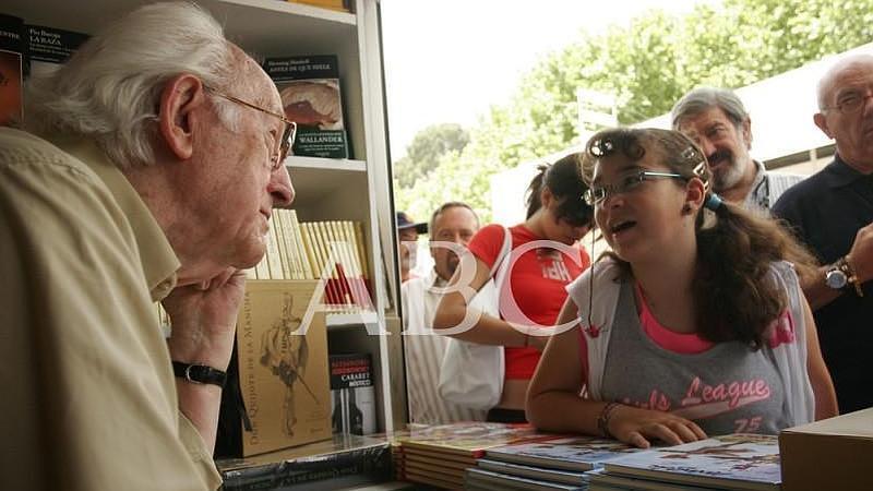 Madrid. 28/05/2006. Mingote, firmando ejemplares de sus libros en la Feria del Libro