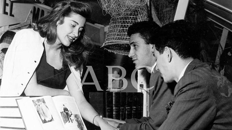 Madrid. 1957 (CA.) Una mujer ense�a libros a dos hombres interesados