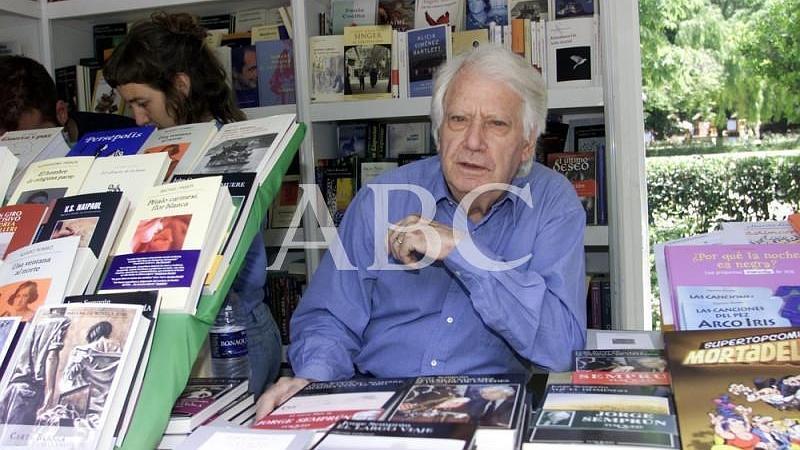 Madrid. 29/05/2004. Jorge Sempr�n en una de las casetas de la Feria