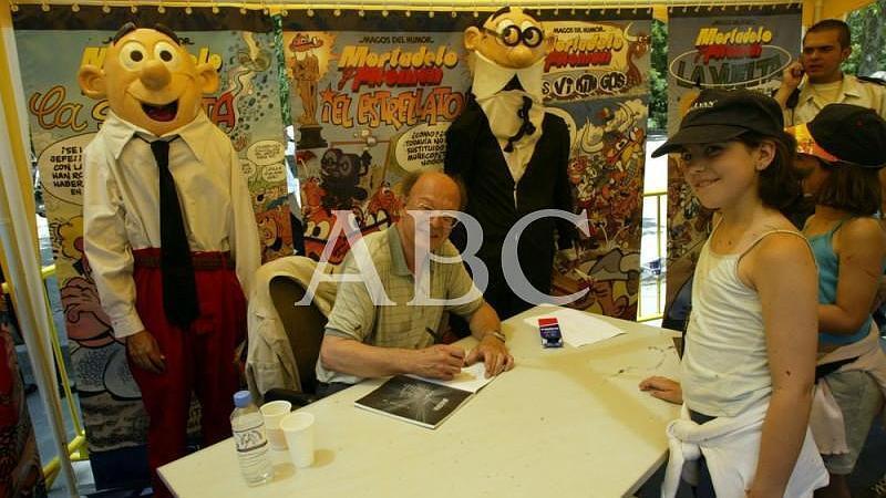 Madrid. 07/06/2003. Unos ni�os esperan su turno con un ejemplar de los populares c�mics del dibujante Francisco Ib��ez, el padre de Mortadelo y Filem�n
