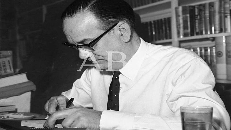 Madrid. Junio de 1963. Camilo Jos� Cela, firmando en la Feria del Libro