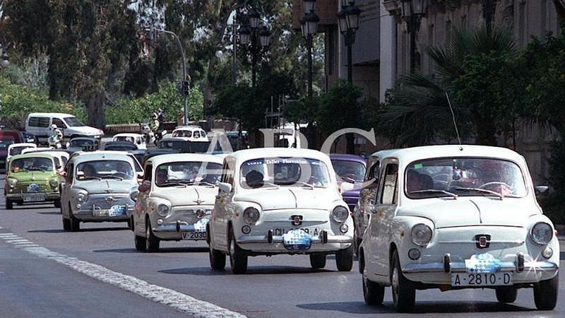 Valencia. 17/06/2001. Concentraci�n de Seat 600 que recorrieron las principales calles de la capital del Turia