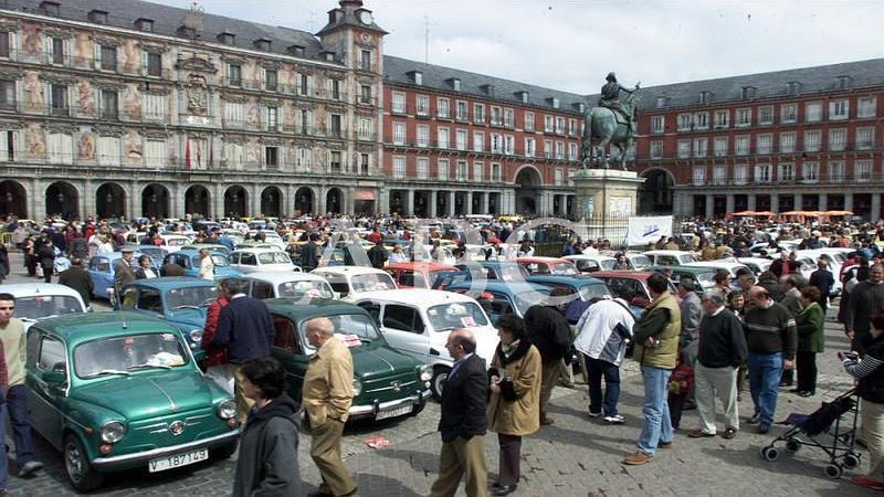 Madrid. 24/03/2003. Reuni�n anual de los propietarios de los m�ticos 600 en la Plaza Mayor