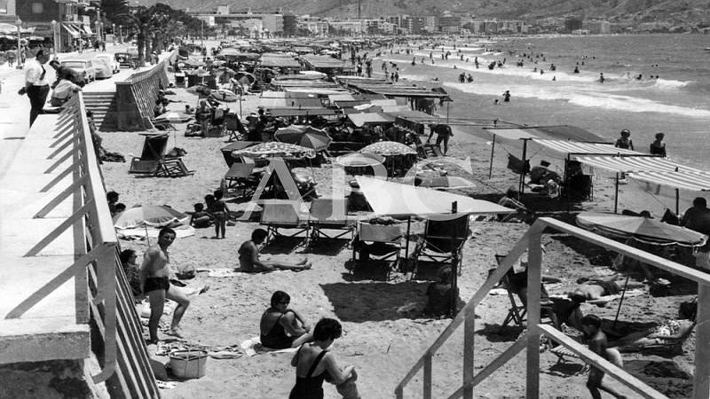 Benidorm, 1968. Aspecto de la playa de Benidorm a finales de los a�os 60