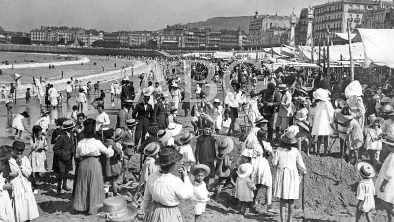 San Sebasti�n, julio de 1919. Aspecto de la playa de La Concha a la hora del ba�o