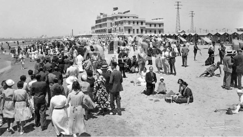 C�diz, 1930 (CA.) Ambiente en la playa a la hora del ba�o