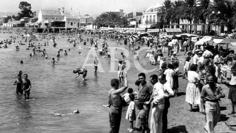 �guilas (Murcia), 1963. Ba�istas en la playa de Poniente
