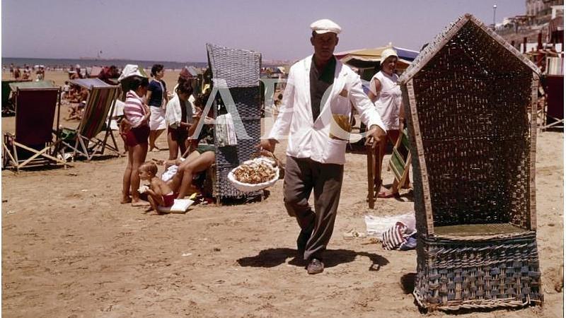 C�diz, 1967. Playa de la Victoria. Vendedor de cangrejos y bocas de la isla