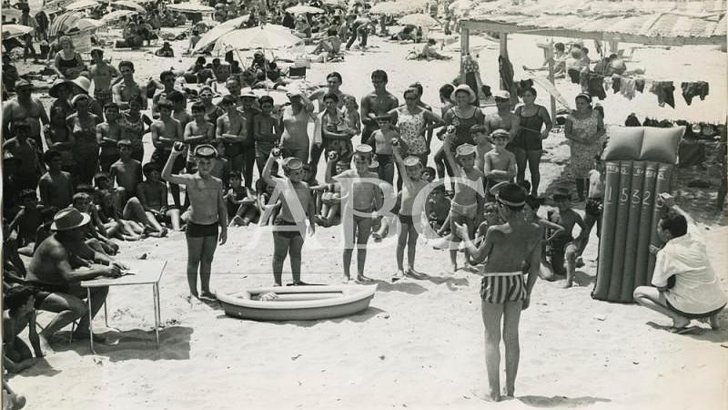 Benicarl� (Comunidad Valenciana), 16/08/1967. Los ni�os del Colegio de San Ildefonso realizaron en plena playa un ensayo del sorteo extraordinario de la loter�a con motivo del a�o Internacional del Turismo durante su veraneo