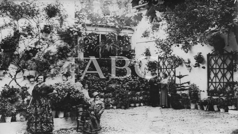 C�rdoba. Mayo de 1935. Patio de la calle Badanas, del barrio de San Pedro, galardonado con el segundo premio de ese a�o