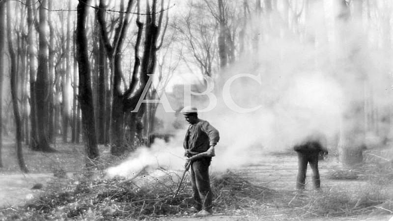 Madrid, octubre de 1927. Quemando ramas en el Parque del Retiro en oto�o