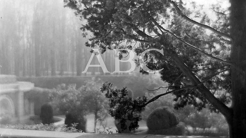 Madrid, octubre de 1927. Paisaje del Parque del Retiro en oto�o