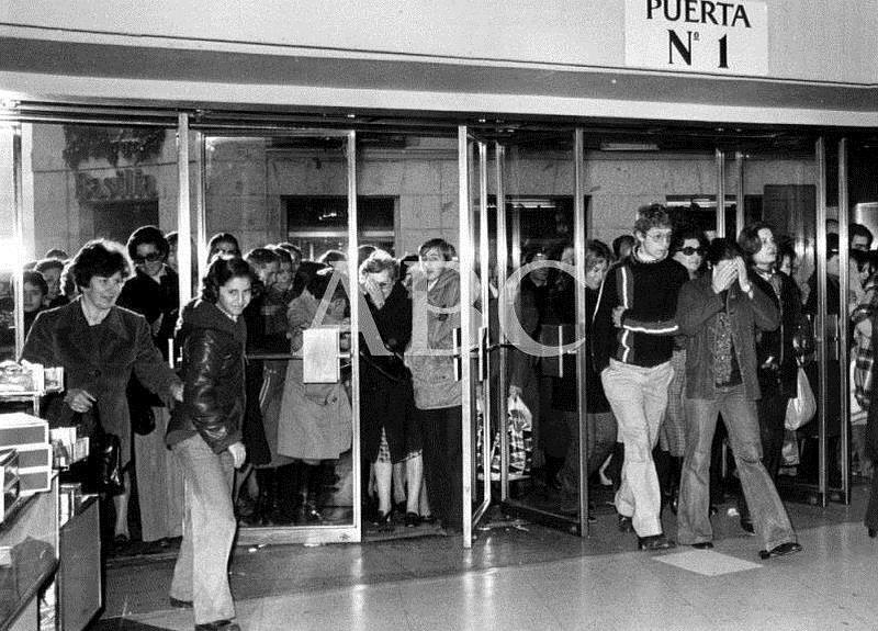 Madrid, enero de 1971. Entrada a un comercio en rebajas