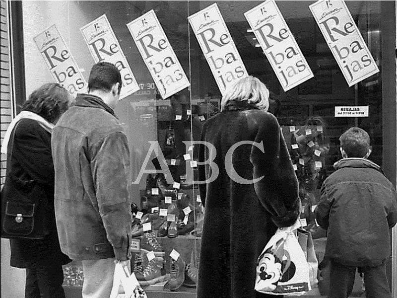 Zaragoza. 20/01/1998. Unos clientes observan el escaparate de una zapatería en Zaragoza