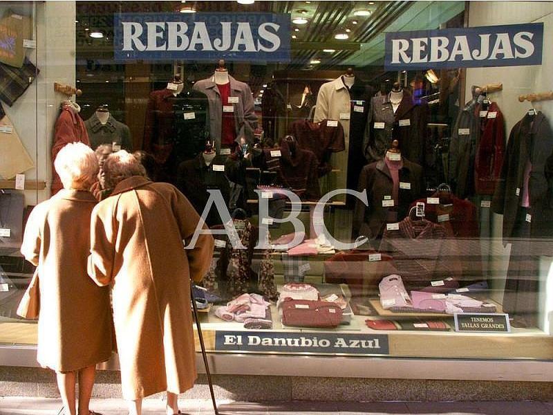 Madrid. 07/01/2002. Unas señoras observan el escaparate de un comercio en la calle Preciados
