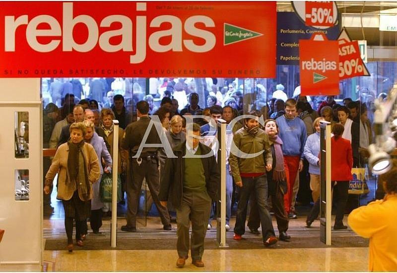 Córdoba, 07/01/2005. Comienzan las rebajas de enero. En la fotografía, la gente entra apresuradamente nada más abrir el comercio