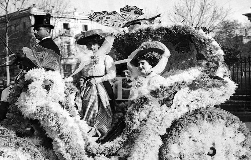 Madrid. 20/02/1909. Concurso carnavalesco de carrozas. «Mariposas y crisantemos», primer premio de coches en el Carnaval de este año, de los Sres. de Gastón y Cea
