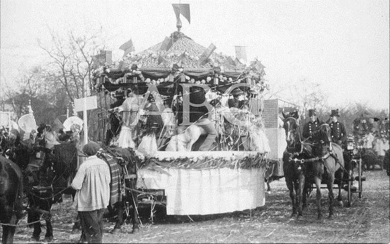 Madrid. Febrero de 1906. Concurso carnavalesco de carrozas. «Tíovivo», del señor Aranguren, sexto premio en el Carnaval de este año