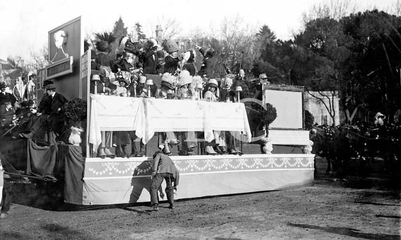 Madrid. 26/02/1911. Concurso carnavalesco de carrozas. «Five o\'clock tea», coche de D. Luis Herreros de Tejada, que obtuvo el premio de 3000 pesetas (primero de su categoría)