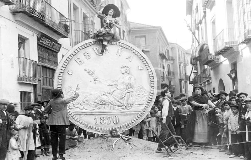 Valencia, 19/03/1912. Fallas en Valencia. «El amor y el interés», falla instalada en la plaza de Mosén Sorell