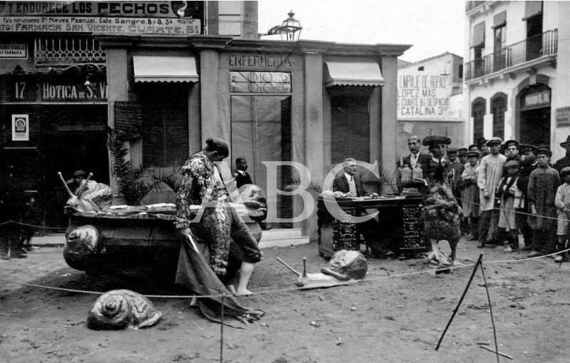 Valencia, marzo de 1914. Una de las fallas que representa a Joselito el Gallo y a Belmonte toreando caracoles y al representante de la plaza de Valencia dispuesto a entregarles grandes cantidades de dinero