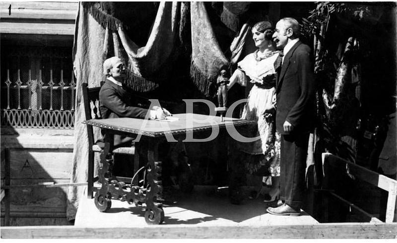 Valencia, marzo de 1929. Grupo fallero colocado a la puerta de la Asociación de la Prensa, que ha llamado poderosamente la atención tanto por su idea como por su artística ejecución