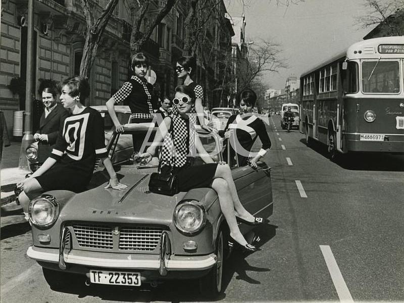 Madrid, 1963. Modelos por la calle Serrano luciendo la moda de primavera