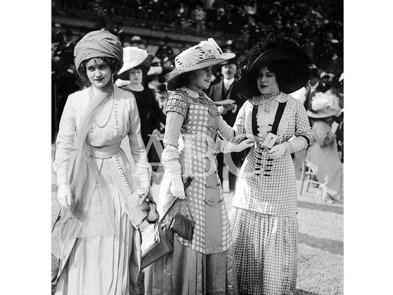 Paris (Francia), 10/05/1909. Novedades de la moda de primavera. El sombrero turbante y las telas novísimas que han hecho su aparición en las carreras de Lonchamp