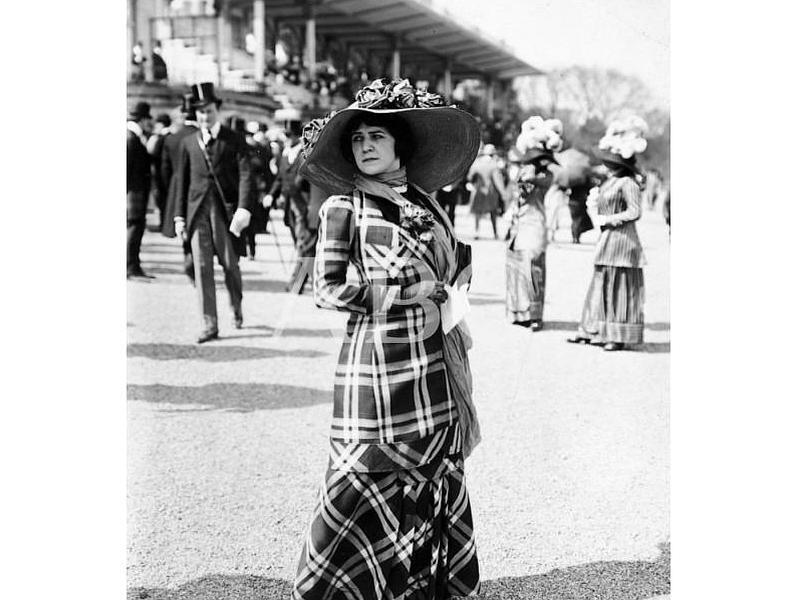 París (Francia), mayo de 1910. Novedades de la moda femenina. Traje de primavera que ha llamado la atención en las carreras de Longchamp