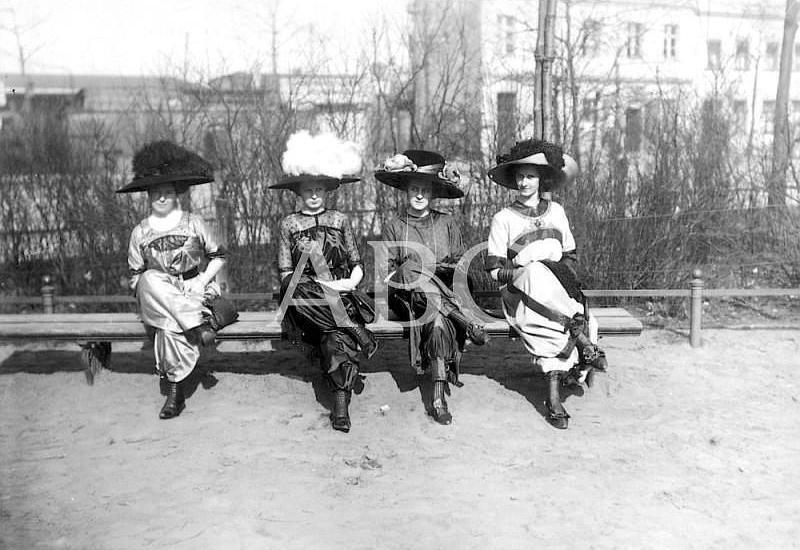 Berlín (Alemania), abril de 1911. La falda pantalón en Berlín: grupo de cuatro señoritas que exhibieron en los paseos del jardín zoológico la discutida moda