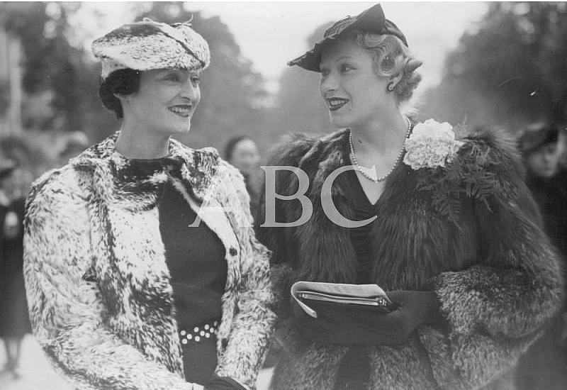 Paris (Francia), abril de 1936. La moda de primavera en el hipódromo de Longchamp. Siguen imperando los sombreros pequeños y las chaquetas de alto vuelo