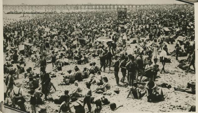 La playa de Coney Island llena de bañistas en 1933