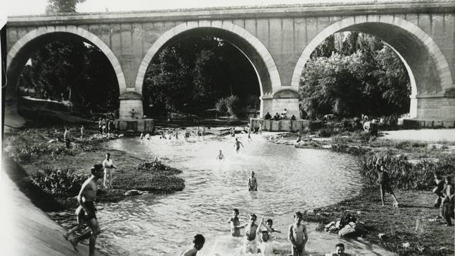 Bañistas en Madrid en río Manzanares en 1918