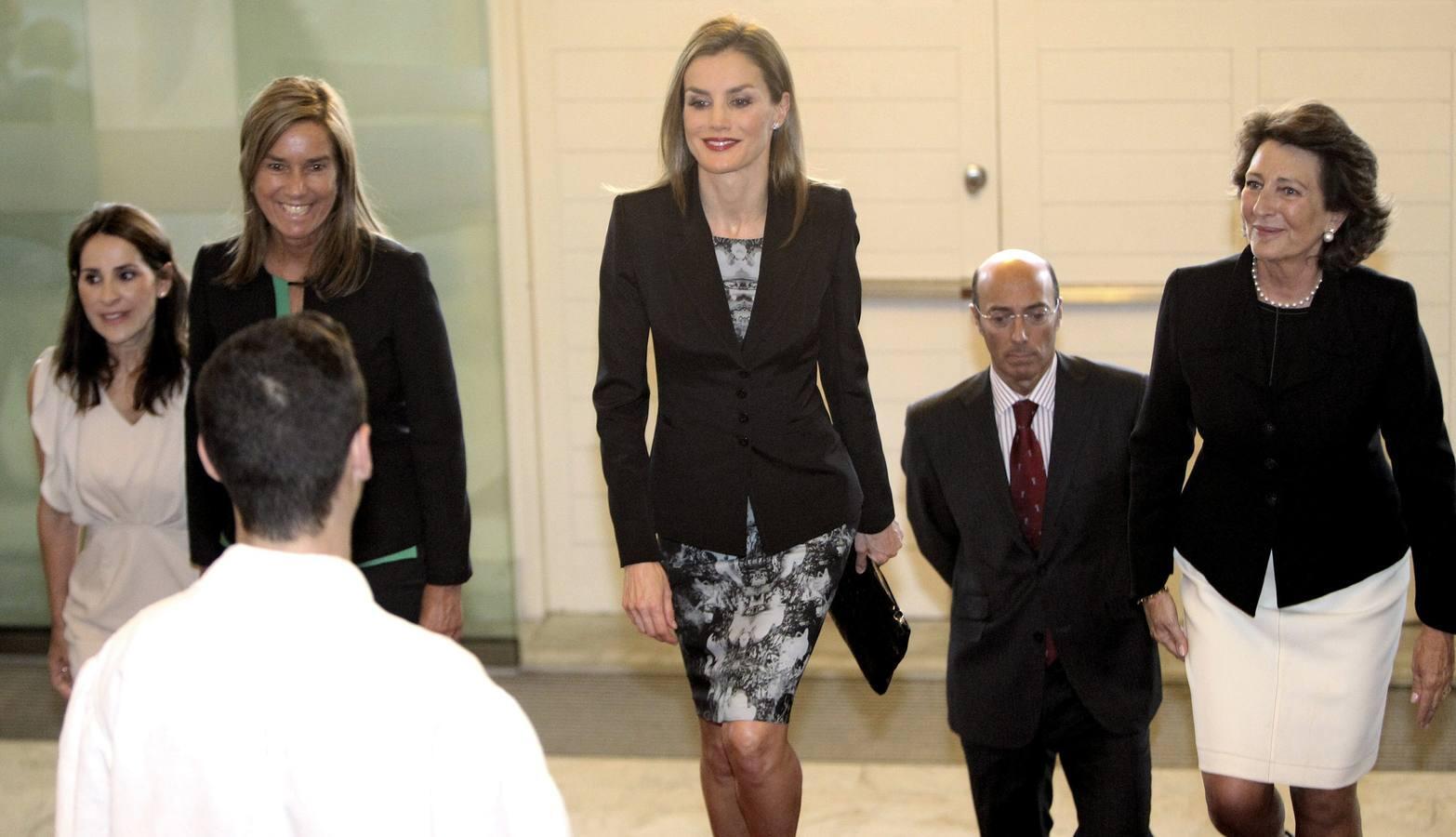 Doña Letizia entrega en San Sebastián las ayudas de la AECC, de la que es presidenta de honor