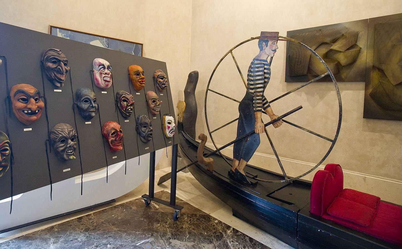 Los objetos más extraños de la subasta del Teatro Real