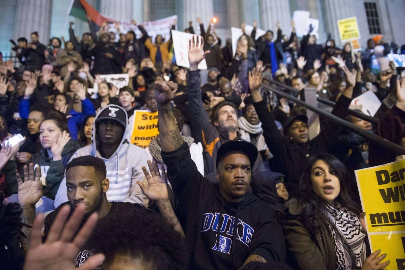 Segunda noche consecutiva de protestas en Ferguson