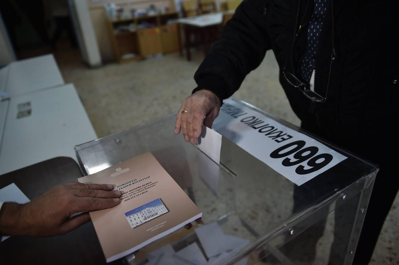 En imágenes: Grecia ya vota en un día histórico para su futuro y para el de la UE