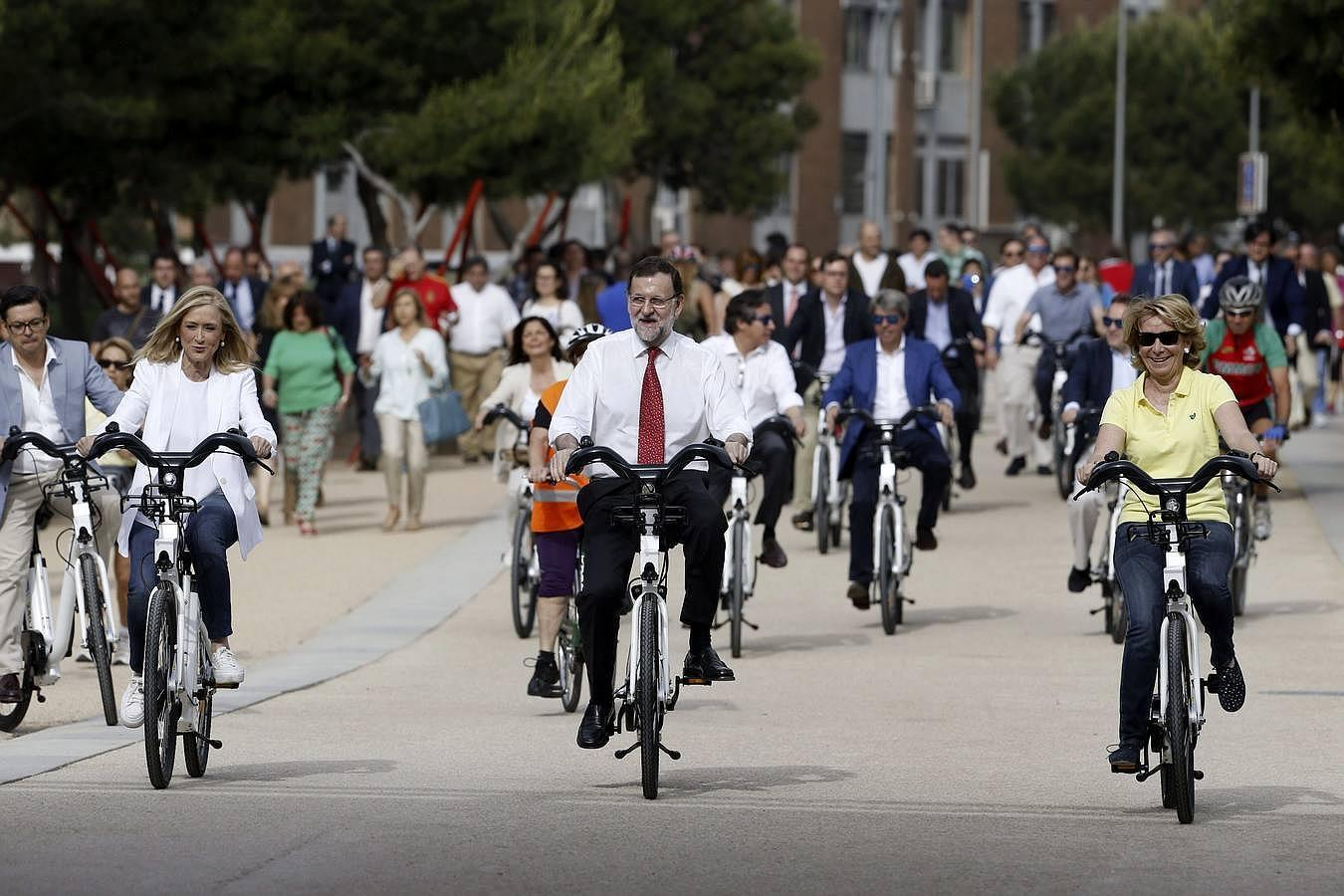 Así ha sido el paseo en bici de Rajoy con Cifuentes y Aguirre por Madrid Río