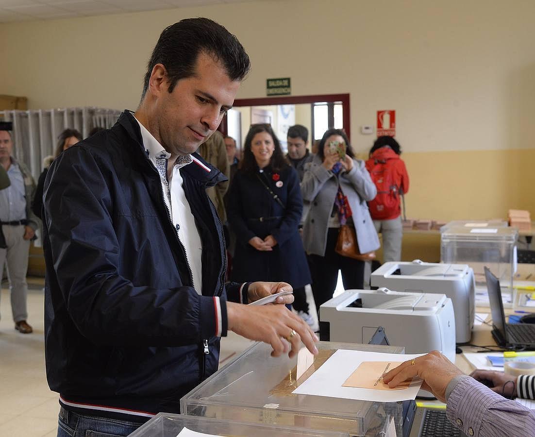 Herrera y Tudanca madrugan para ir a votar