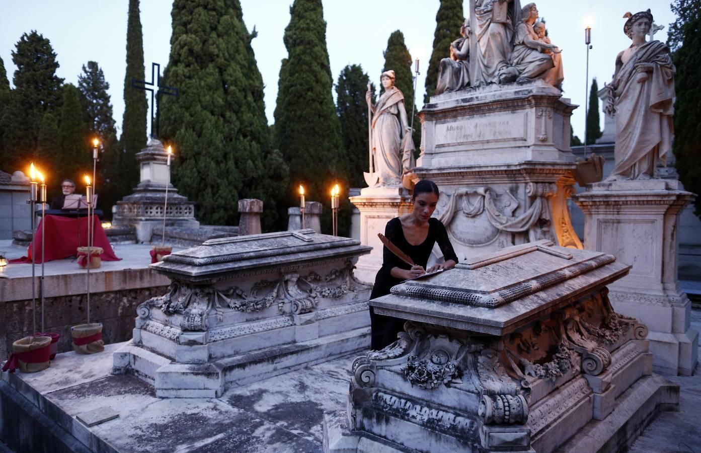 La misteriosa ruta con velas y tumbas por la Sacramental de San Isidro