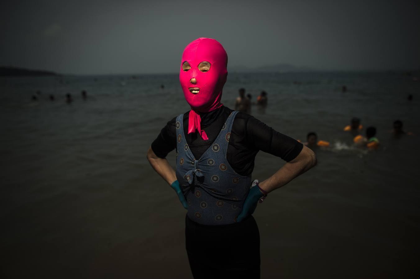 Las mujeres del «facekini» en una playa de China