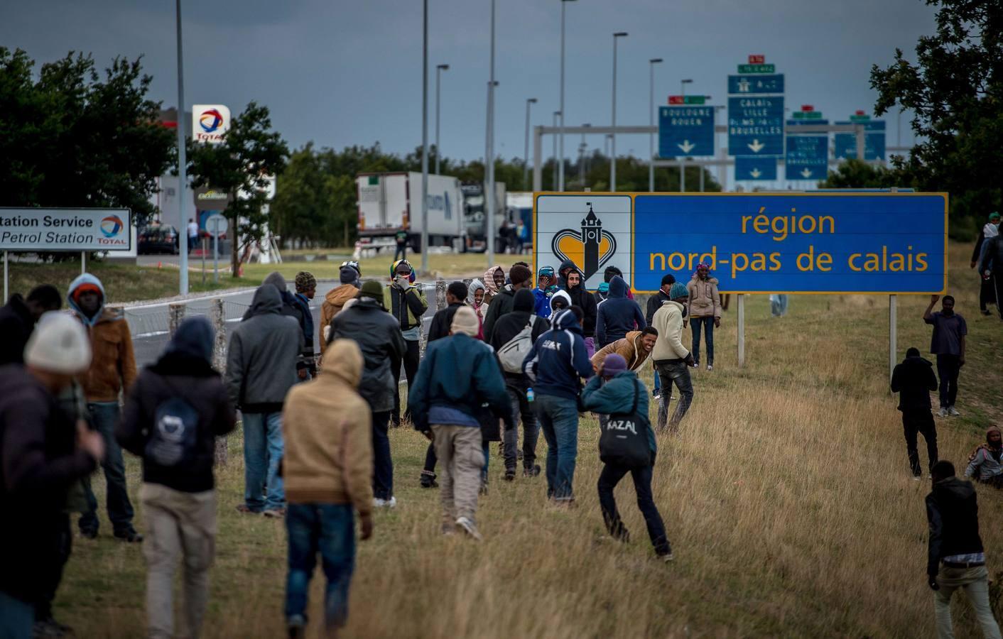 Las imágenes de los últimos asaltos de inmigrantes al Eurotúnel