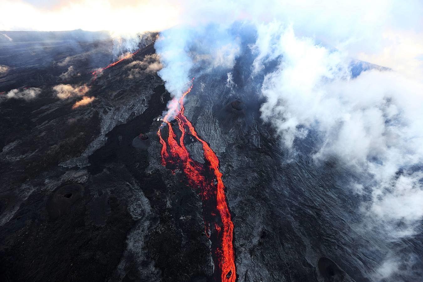 En imágenes: El volcán Piton entra en erupción