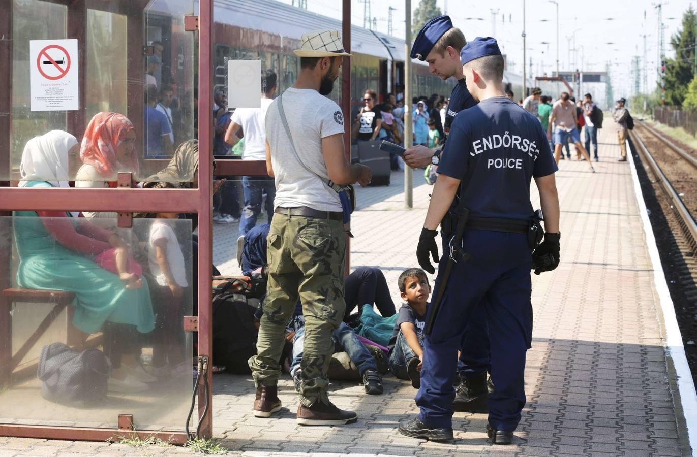 En imágenes: Miles de refugiados y emigrantes siguen atravesando Hungría